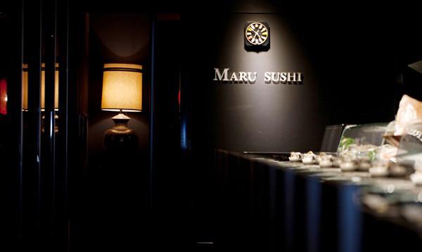 文章导读:勃朗设计小编这次带你到一家位于台北市东区的日式料理寿司店,设计师使用天然原味的纯木建材,利用照射刷白后的鲜明木感,对比出黑与白之间的的张力,创造如同展示舞台一般的享食体验,让新鲜食材成为今晚的唯一色彩,食物也在spotlight (聚光灯)底下,散发一股深黑色的晶莹光泽。