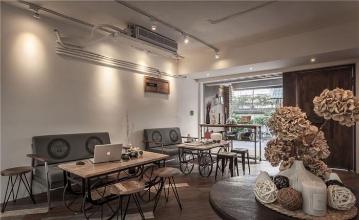 文章导读:位于台北市天母的「Chefs馆」,有着这样的故事--店主是两位未满三十岁的年轻人,分别为台籍与韩籍的陌生人,两人在日本厨艺学校相遇了,由于皆对料理、烘焙充满热情,于是成了超有默契的创业伙伴;而在台湾这间他们所合开的咖啡馆里,强调温朴简约的空间装潢,与提供的菜式点心一样,皆强调天然与自然手感,让顾客一入门,即可感受到与众不同的个性美感,快跟着郑州咖啡馆设计公司勃朗设计小编一起走进来瞧瞧吧!   店面经由回收木与红砖材质打造,搭配清玻门面,营造温暖又质朴的橱窗意象;走进空间内,可见天花采明管明梁