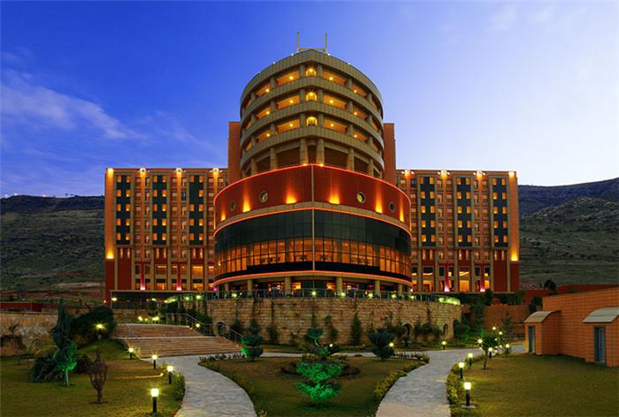 文章导读:杜胡克位于伊拉克库尔德斯坦地区的西北部,毗邻伊朗与土耳其和叙利亚的边界,四周是优美的山脉风景。而杜胡克喜来登酒店则坐落在Shandouka山边,饱览整个城市以及周边山脉的壮丽景色。下面,就同勃朗专业酒店设计公司小编一起走进这个酒店吧。   酒店设有202间温馨迷人的房间,包括186间客房,1 2间行政套房,两间外交套房和两间总统套房。所有的房间均配备高级的设施,例如设计舒适的工作区和符合AAA五钻奖标准的喜来登甜梦之床。   酒店设计打造一种奢华舒适之感。酒店提供一间全日制餐厅、一间特色餐厅和四