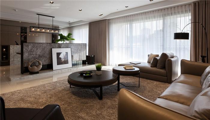 文章导读:本案基地拥有三面采光的特色,由自然光与水岸环境簇拥,空间中适度留白是设计师对自然环境的谦卑,也是对建筑的尊重。白:包容了;退缩了,许多复杂喧嚣的表情,让我们更清楚看见空间的本质。   客厅背墙结合木格栅垂直不规则面设计,给予简洁又优雅印象,搭配延廊空间墙面沐石演译山与水意向,呼应立面柜体延伸。电视柜施作初期,为呈现大理石中岛轻盈细腻的质感,同时附加大量音碟收纳功能,并容纳业主专业影音设备机组,因此必须将木作最少量化,以达收纳最佳饱和。    为呼应环境纹理,勃朗别墅设计公司巧妙的揉合了山水之相,
