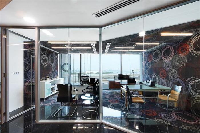 """""""圆柱""""自成一个独立开放的空间,用作创意主管办公室与团队会议."""