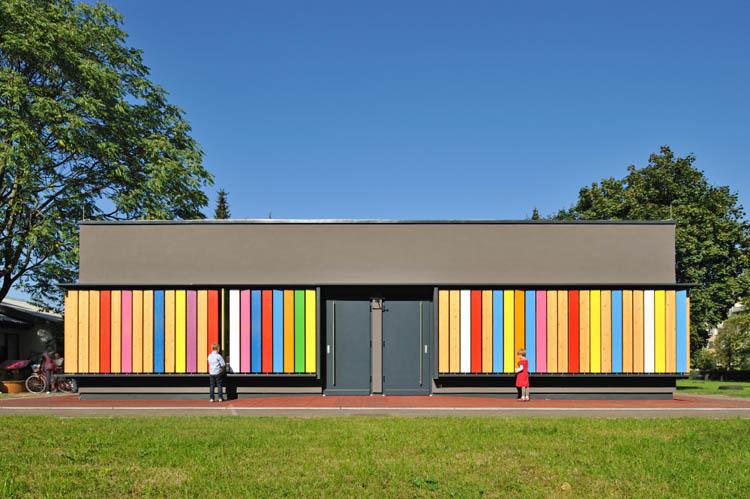 文章导读:幼儿园就应该色彩缤纷、充满童趣创意!这间拥有多彩造型装饰的幼儿园位于东欧的斯洛文尼亚,从80年代兴建至今,最近由专业幼儿园设计公司重新规划,思考利用新的形式创造更多孩童的游戏空间,也为这间老旧的幼儿园带来了新生命。   设计师的巧思展现在围绕建筑物的窗板木片上,简单涂上了七彩颜色后只要透过翻转木片,孩子们不但可以自己决定幼儿园的样子,还能藉此认识更多不同的色彩变化。