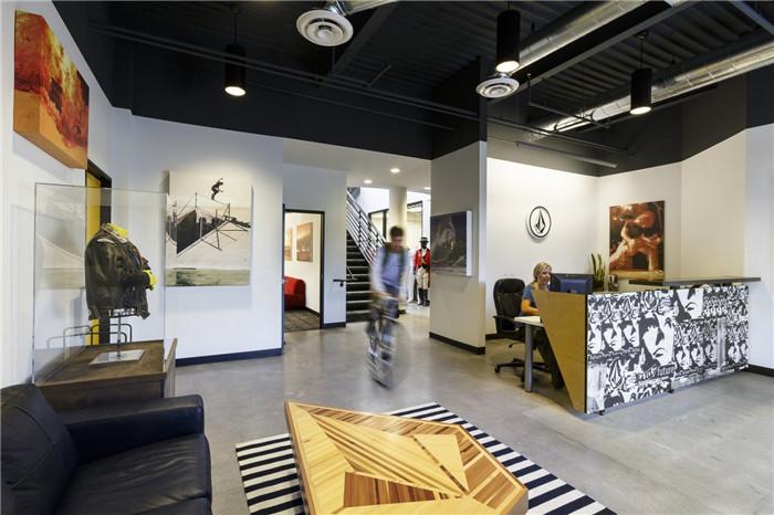 文章导读:办公室是生活品牌公司Volcom位于美国加州的新办公室空间,办公室装修就像一间艺术品,给人展现一种特别的感觉。波西米亚的风格结合简单实用的材料等,打造出一个更好的办公空间。下面,就同勃朗办公室设计公司小编一起欣赏这个办公室吧。   这个办公空间最大的特点,是自然而且选色恰当的人造光。无论是在协作区、休息区还是小憩区,每一处的灯光设计都与别处不同,又处处展示着公司的产品和品牌形象。   这间创意办公室设计选用的家具是那种中性化的混合,既有二手的、 古董的,也有新做的,它们无一例外的用实例证明了Vo