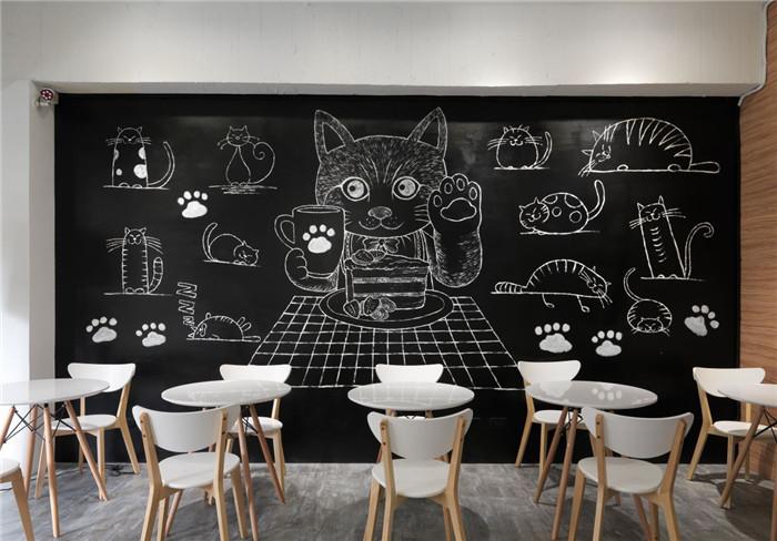 文章导读:偶尔放自己一天假,到咖啡厅里享受美味的甜点和咖啡吧!从走进室内开始,清爽薄荷绿搭配浅木色系,便令人耳目一新,相当适合找一个下午,与好姊妹们相约,开心地享受舒适自在的氛围。今天郑州咖啡厅设计公司勃朗设计小编为您带来的是微笑的猫小清新工业风咖啡厅设计案例说明!   一楼利用透明玻璃窗将阳光引渡,让柜台及吧台区浸沐于明亮的光感中,天花板以木质立体格栅凸显视觉焦点,再加入温暖明晰的灯光,点亮清新氛围。通往二楼的楼梯侧边,彷彿积木般层层堆栈,相当活泼童趣,而除了一般的扶手设计,另一边也加入黑色不规则线性交