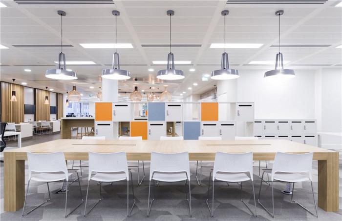 文章导读:位于英国的Paragon Interserve公司在伦敦打造了一个别具现代艺术味道的办公空间,这个办公空间非常灵活,好像不像一个办公室,更加的适合团队之间的协作和交流。下面,就同郑州办公室设计公司勃朗空间设计小编一起走进这个办公空间吧。   办公室的具体位置是在Old Broad大街111号,其所在的建筑里光线充足空气流动,而且纵深比较深,设计师们在这个项目上遇到的最大挑战,就是怎么在如此纵深处引入尽可能多的自然光。