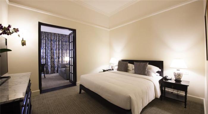 文章导读:斯里兰卡首都科伦坡紧邻印度洋,独特的地理优势使它素有东方十字路口的美称。在这样一个交通便利、商业繁荣之地,加勒菲斯酒店( Galle Face Hotel)已然傲立一个半世纪之久。下面,就同勃朗专业酒店设计公司小编一起走进这个酒店吧。   加勒菲斯酒店的名称源自位于其身侧延绵一公里、景致迷人的加勒菲斯绿地广场( Galle Face Green)。维多利亚时期,人们常常散步或乘坐马车来此享受轻柔的海风,眺望印度洋,沉醉于这海天一色的美景之中。   酒店小套房的木质结构给人典雅奢华之感;旅行者酒