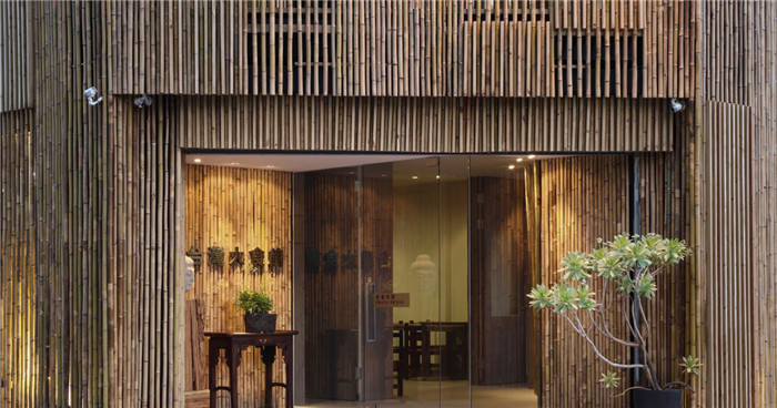 文章导读:本案的餐饮空间设计规划理念是在静中造境,以竹铺陈出空间的色香味,在自然和谐之中,透显深邃而平和的禅意。整个主题餐厅设计以简约的竹,为色彩,表现清爽,尽显出食之色。   以单纯的竹,为一切,表现干净,勾引出食之香。   以素雅的竹,为结构,表现宽广,引渡出食之味。让人心境平和享用食之色香味。 来源:http://www.