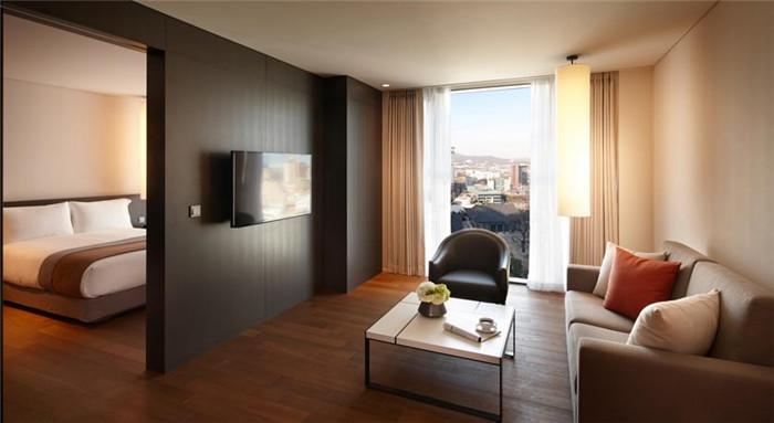 集现代和优雅于一身的光化门新罗舒泰酒店外观;酒店大堂风格简约。光化门新罗舒泰酒店共设339间客房,包括三种房型舒适的标准客房、宽敞的豪华客房以及奢华的尊贵客房。   跟其他新罗舒泰酒店一脉相承,光化门新罗舒泰酒店的室内设计展现一种简约风格,营造出现代和优雅的氛围,时尚的室内装潢风格与装饰品格外显出舒适温馨及居家气息,以满足有品位的现代旅行者的要求。   来源:http://www.