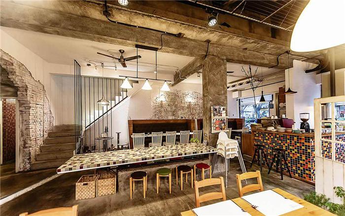 文章导读:「森林旁边」是一间专业的南欧料理餐厅,最主打的就是强调全天然的食材及不添加人工香料调味。在整个餐厅建筑的表现上,以冲孔板、砖两道横向的白色面体,围塑起这丰富热闹的多元材料量体。    就如同品牌名称,餐厅设计公司企图加入多量的绿色植物。藉由如此,变异出形式看似随性的砖墙花台。工作出餐区的颓圮砖墙,设计师选择保留,以一种时间所造出的语言;后用餐区又是另一种情境:变形放射的和式座位,坐落在透光的木地板上。而这区域的周遭,置放了大量植生墙盆栽,期望的是未来一大片的绿意围绕在这里。   二楼的用餐空间转