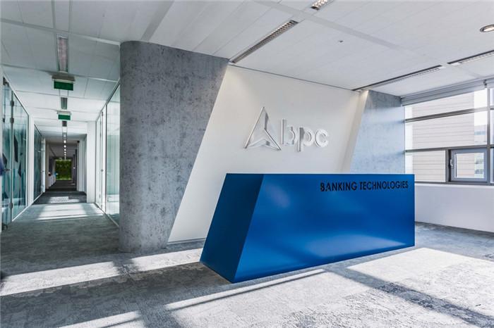文章导读:BPC Banking Technologies(简称BPC)成立于1995年,总部设在瑞士,是一家独立的、世界领先的全球金融业开放系统电子支付解决方案提供商。下面,就同郑州办公室设计公司勃朗设计小编一起走进这个办公空间吧。  BPC位于乌得勒支的分部是专门为金融机构和工业企业的零售业务提供基础技术支持。因此室内设计以明亮清新的色彩体现IT企业特征,并运用严谨的线形设计和典型的金融系色调令室内呈现出金融IT企业的视觉特征。  BPC的标志是一个锐利向上的三角箭头标识,因此接待前台采用简约的斜面