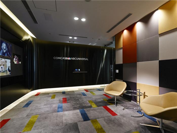 文章导读:这是NBC环球公司在日本的东京的新办公室。对于NBC来说,他们正好借此机会重新考虑下办公室的设计理念以及公司的定位。今天,勃朗办公室装修设计公司小编与您分享的就是这个国外办公空间。  、 接待处旁边的休息区是整个办公室一个非常重要的区域,因为员工之间以及对外的商业谈判和交流沟通,都是在这里进行的。办公室内部给人的感觉是高档时尚而且简洁实用,这正好符合NBC环球公司作为一家前沿娱乐公司的行业身份。   该办公室设计的主要目标是将NBC环球公司的业务关联在一起,并且用一种恰当的方式将适时娱乐的观念传