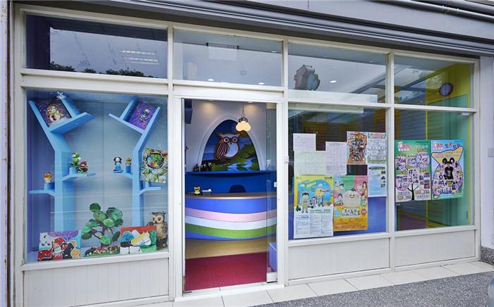 文章导读:为3-6岁学龄前幼儿规划的学习空间,是座有猫头鹰的缤纷森林,以粉嫩柔和的配色取代饱和抢眼的浓烈色彩,让小朋友自然暴露在缤纷的色彩中,启发宝贝们对色彩的创造力。今天郑州幼儿园装修设计公司勃朗设计小编就与您一起进入一个充满创意乐趣的学龄前教育空间。   在这座森林里不限制孩子想在任何东西上作画的创意,墙上的烤漆玻璃便是最好的画布,小朋友们可以随时涂鸦、阅读。勃朗幼儿空间设计团队更细心考虑光线的需求,以明亮又节能的LED灯规划全室光源。另外,空间中没有一处直角,教室与廊道间也没有门槛,小朋友们在玩耍时