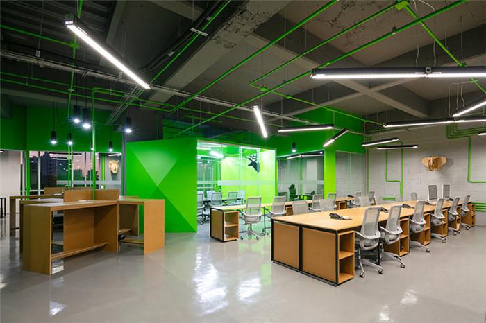 文章导读:这是位于墨西哥的一家沟通策略公司,走进办公室,一种清新而现代的感觉扑面而来。今天,郑州办公室装修设计公司勃朗空间设计小编与您分享的就是这个国外办公空间。   本案的设计围绕中心会议室这个主体逐渐展开,这里如同隐藏在最深处的钻石等待被发现;整体空间如同一个概念化的创意灵感,激发团队紧密联合、通力协作。   设计团队想要营造一个半封闭的、在任何角落视线都可以穿透的空间效果,因此许多墙体都采用通透的玻璃,以实现空间的相互渗透。办公室设计运用对角线的平面布局,环绕中心钻石会议室形成自然的动线和