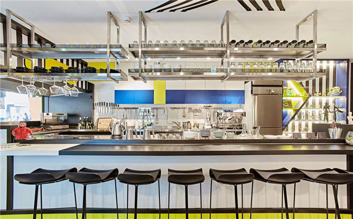 文章导读:呼应「U.F.O.」的主题,设计师将外星球、外星人、幽浮的意象带入空间,配合视觉设计整合,跳脱一般空间的设计风格,用大胆色彩、碰撞线条、独特标示、充满巧思的家饰,让人在这个空间内彷彿登上外星球,感受幽浮的奇幻不思议。   主题餐厅设计公司在空间内大玩色块、错视艺术,在2D的平面设计上玩出3D的立体效果,挑战视觉认知,象是入口处运用黑白线条增加视觉的立体感、吧台巧妙地以粗边处理增加视觉的突出感,大胆鲜艳的黄、蓝、白、黑色调让人目不转睛。    UFO餐厅透过设计师的精心规划,门把、灯具、招牌都让人