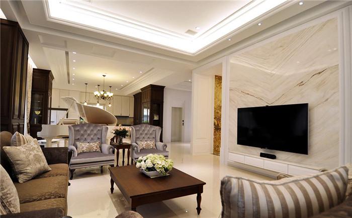 客厅规划上,设计师营造欧式古典的雅致况味,电视墙采用带有金属质感的
