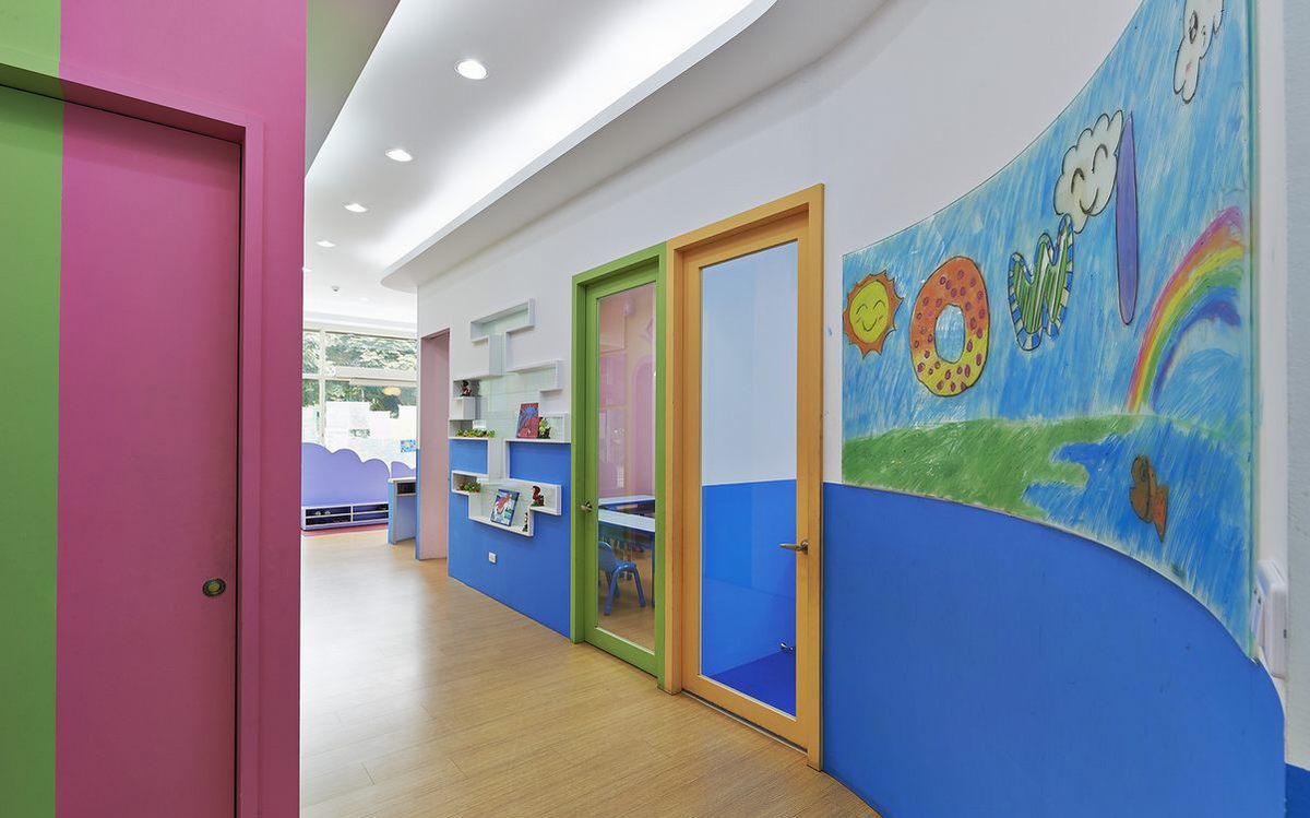文章导读:本案是专为3-6岁学龄前幼儿规划的学习空间,是座有猫头鹰的缤纷森林。设计师以粉嫩柔和的配色取代饱和抢眼的浓烈色彩,让小朋友自然暴露在缤纷的色彩中,启发宝贝们对色彩的创造力。    在这座森林里不限制孩子想在任何东西上作画的创意,墙上的烤漆玻璃便是最好的画布,小朋友们可以随时涂鸦、阅读。郑州幼儿园设计公司勃朗设计公司更细心考虑光线的需求,以明亮又节能的LED灯规划全室光源。另外,空间中没有一处直角,教室与廊道间也没有门槛,小朋友们在玩耍时即使跌倒了也不怕摔伤,为孩子们打造自在无拘的创意空间。