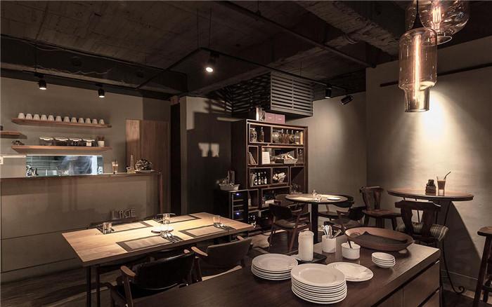 文章导读:隐藏在巷弄的Lage熟成餐厅,以一种内敛而沉稳的设计能量,席卷来访食客的味蕾及视觉神经。来到入口处,大面落地玻璃与黑墙上的Lage招牌,以及由空心砖作为红酒架的摆设,洋溢着轻松随意的氛围,也撩动大家想一窥究竟的心情。    走进餐厅内部,餐厅设计公司营造赏心悦目的饮食环境,并提供22个座位,让宾客以最优雅的姿态,在幸福时光中品尝佳肴。设计师以「工业风格」及「深色调性」围塑空间主题,并运用外露明管、水泥漆面、现代灯饰及实木家具等粗犷元素,赋予丰沛的设计想象。    来源:http://www.