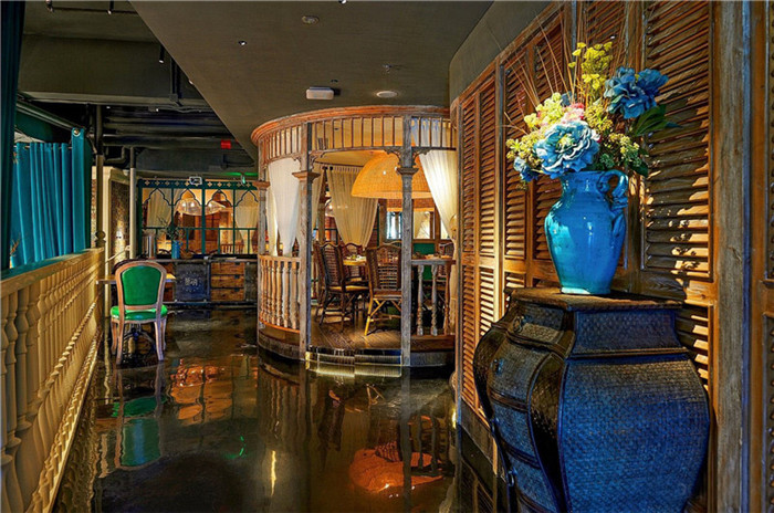 文章导读:这是一个音乐主题餐厅,餐厅别样的装修风格倾向于简欧风和泰式传统风格的结合,无论是外观还是室内空间,都让它在周边建筑中格外引人注目。   餐厅设计在细节上处理的非常巧妙,创造了这家餐饮空间独具一格的气质和氛围。百叶窗在餐厅随处可见,是美感的极佳体现,也是泰国第五王朝不可或缺的一个元素。   这是一个划分灵活的餐饮空间,餐厅分为不同风格的用餐区域,例如西式餐区在大厅的中心区域。无论是小到包间的设计,再到舞台的布局和打造,都给人以视觉冲击。这家音乐主题餐厅设计让客人对泰国特色文化有了更深一些的了解。