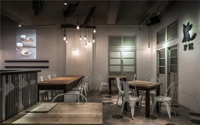文章导读:在车水马龙的都市中,砌筑一处飨食与集思的天地,我们走进餐厅内部,专业餐厅设计公司勃朗设计营造赏心悦目的环境,提供宾客38个座位,让他们以最轻松的姿态,在幸福时光中品尝滋养大地的天然佳肴。设计师更以「工业风格」及「复古调性」围塑空间主题,运用外露明管、水泥漆面、现代灯饰及实木家具等质朴肌理元素,赋予丰沛的设计想象。    餐厅的外观,透过大面落地玻璃、商品陈列架与旧木料大门相映成趣,加上巴西狼的LOGO招牌,成功营造迎宾氛围,也撩动访客想一窥究竟的心情。转进内部,水泥为底的天地壁,烘托理性沉稳的调