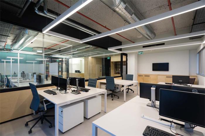 文章导读:这是一家以色列网络公司的办公室,该公司在这一领域极其突出,还曾获得微软创投的注资Team 8网络安全公司。今天,勃朗办公室装修设计小编带你走进的就是这家办公室。   裸露的水泥楼板、朴实无华的水泥地面、轻柔明亮的木饰面、简约的彩色铝合金玻璃隔墙,在轻盈灵透的工业美学空间里,一抹湖绿、一点亮黄,让简约而质朴的空间散发出纯粹而时尚的青春气息。   这家时尚创意办公室设计可谓是功能齐全,这处办公空间还设有一处大型自助餐厅、两个入口门厅、以及工作所需的开放空间和私密办公室,以满足员工的用餐、休息和办公