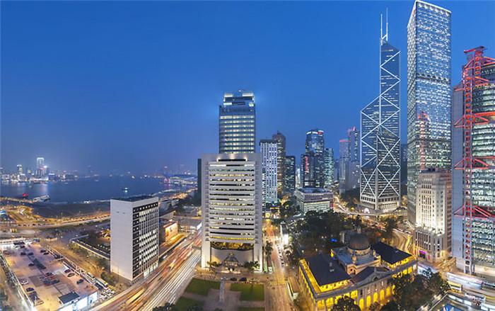 文章导读:说到香港文华东方酒店你会想到什么?它是亚洲最早的豪华酒店之一,众多名人(包括戴安娜王妃、美国前总统尼克松等等)都曾经在此下榻;在此纵身一跃的张国荣留给人们无尽的追思和想念。无论岁月如何变迁,文华东方酒店始终是香港的地标酒店,拥有着首屈一指的水疗中心,又汇聚着多国美食餐厅,从1963年开业至今,一直是很多游客的首选。今天勃朗酒店设计公司小编为您带来的是香港文华东方五星级酒店翻新设计娱乐主题套房设计解析!