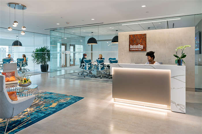 文章导读:这是一家地产信托公司位于波士顿的一家办公室,办公室位于当地地标性建筑大楼的二十层,视野极佳,工作之余还可以赏阅室外风景。下面,就同郑州办公室设计公司小编一起来看一下这个办公空间吧。  客户希望所有的工作区和公共空间都能获得开放的景观视野,南侧可以俯瞰波士顿港湾,北侧能欣赏波士顿市中心的城市景观。设计团队以协作式开放空间布局室内平面,并运用大面积开敞通透的玻璃隔墙,最大限度的引入室外光线和景观视野。  协作式开放布局以其灵动多元的特性,轻松应对当下和未来的增长需求。通透的玻璃墙、明亮的空间开敞的视